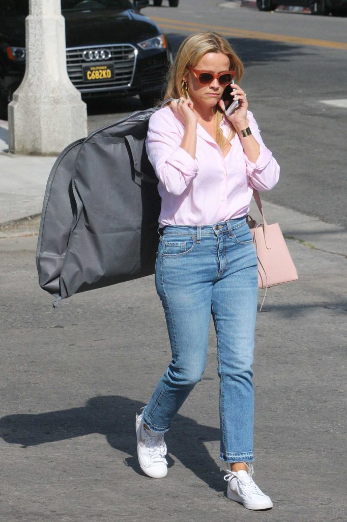Reese Witherspoon Goes Shopping on Melrose in West Hollywood-4
