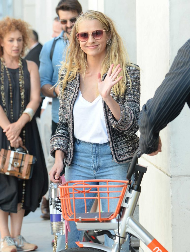 Teresa Palmer Wears a Pink Purse Out in San Diego-5