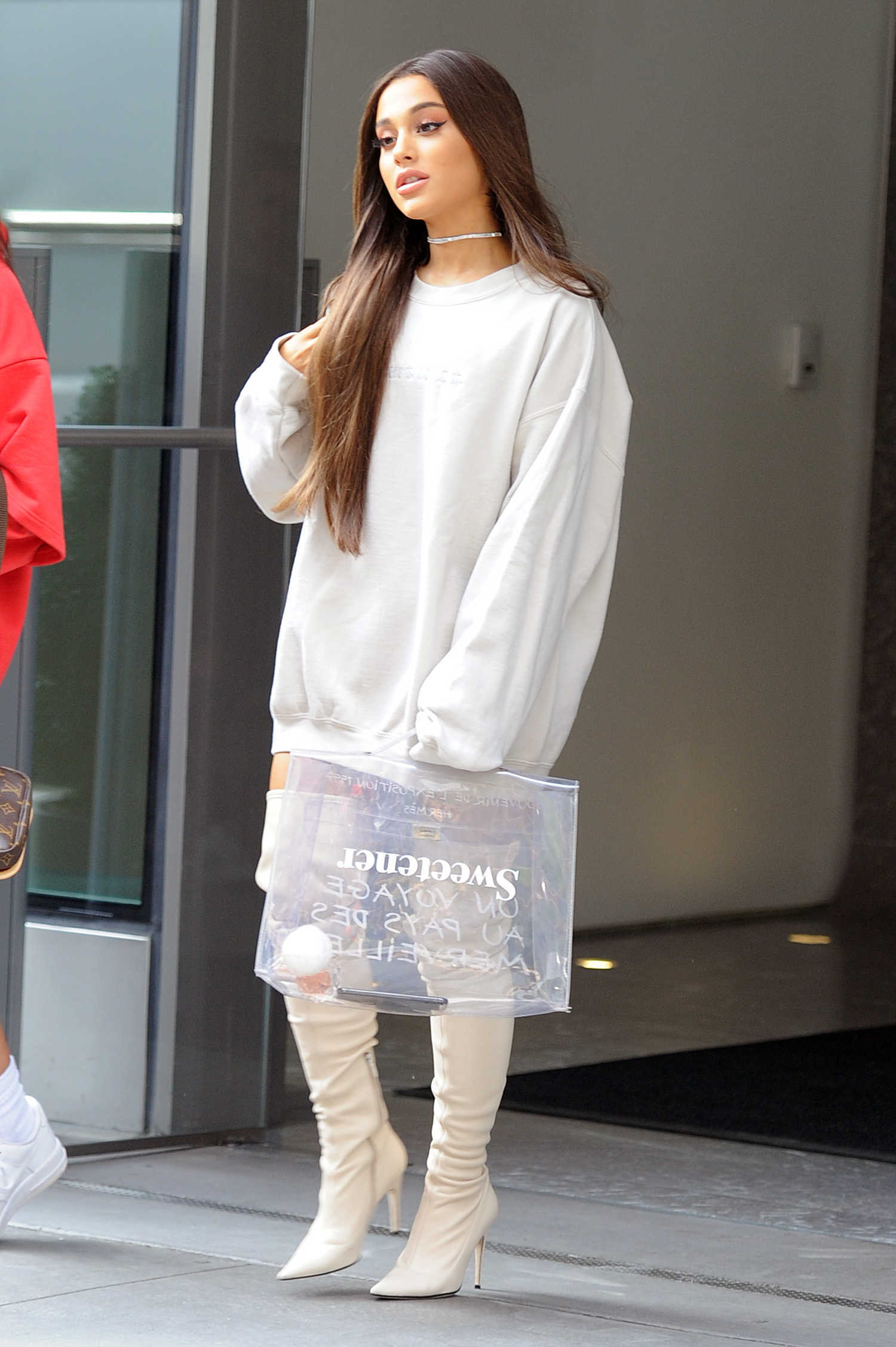 Ariana Grande In All White Was Seen Out In Nyc Celeb Donut