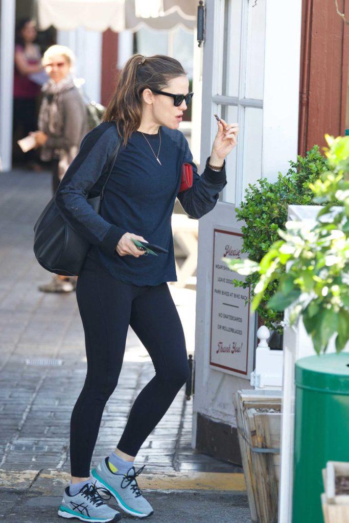Jennifer Garner in a Gray Sneakers