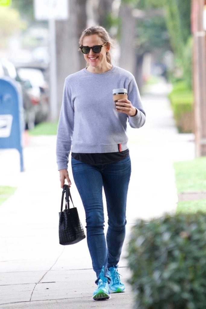 Jennifer Garner in a Gray Sweatshirt