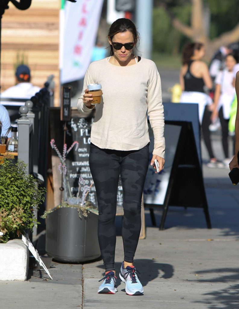 Jennifer Garner in a Beige Long Sleeves T-Shirt