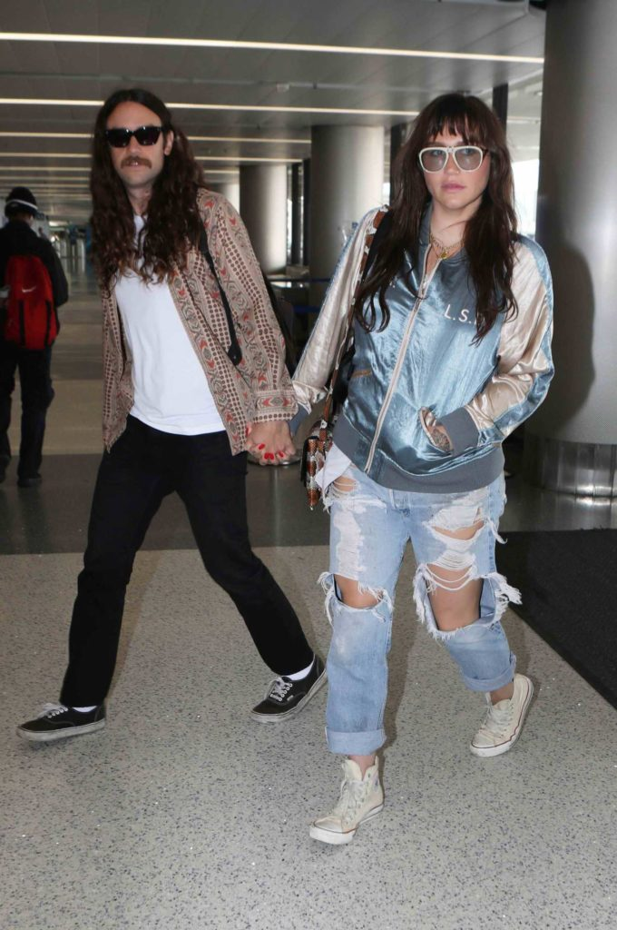 Kesha in a Blue Ripped Jeans