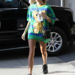 Hailey Baldwin in a Colorful Oversized Tee Was Seen Out in Beverly Hills 08/07/2019