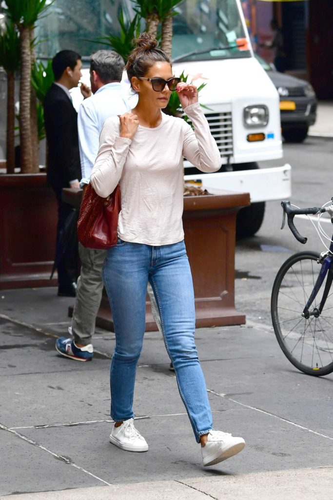 Katie Holmes in a Beige Long Sleeves T-Shirt