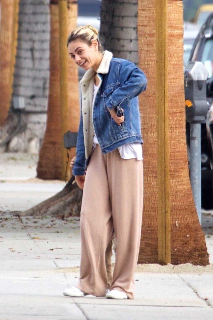 Mila Kunis in a Beige Sweatpants