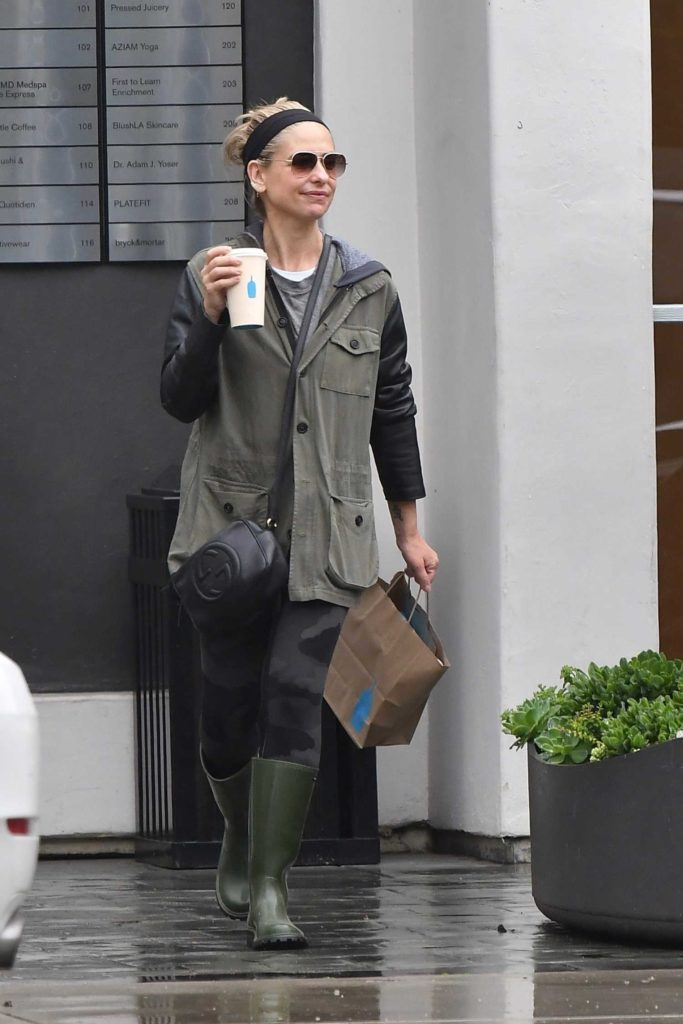 Sarah Michelle Gellar in a Green Rubber Boots