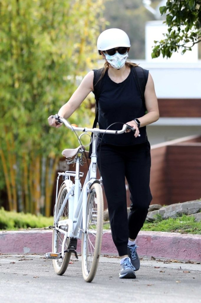 Jennifer Garner in a Surgical Face Mask