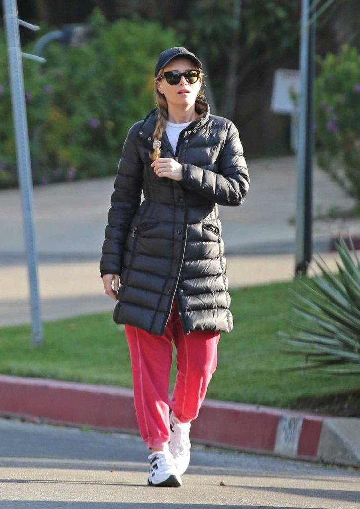 Leslie Mann in a White Sneakers