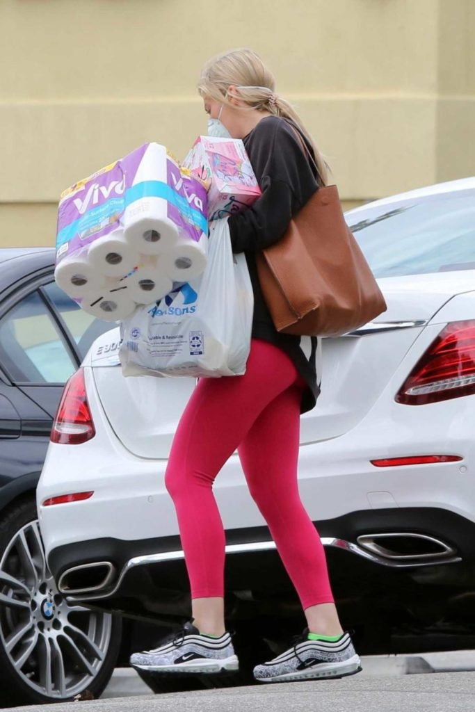 Molly Sims in a Pink Leggings