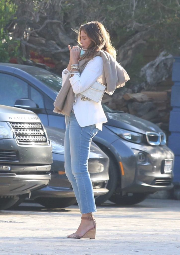 Cindy Crawford Puts on a Protective Mask