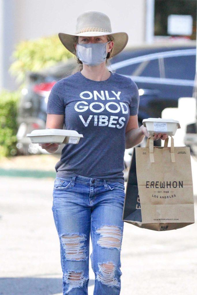 Kendra Wilkinson in a Grey T-Shirt