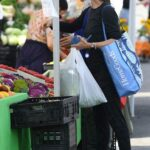 Jennifer Garner in a Black Outfit Goes Shopping at the Farmer's Market in Los Angeles