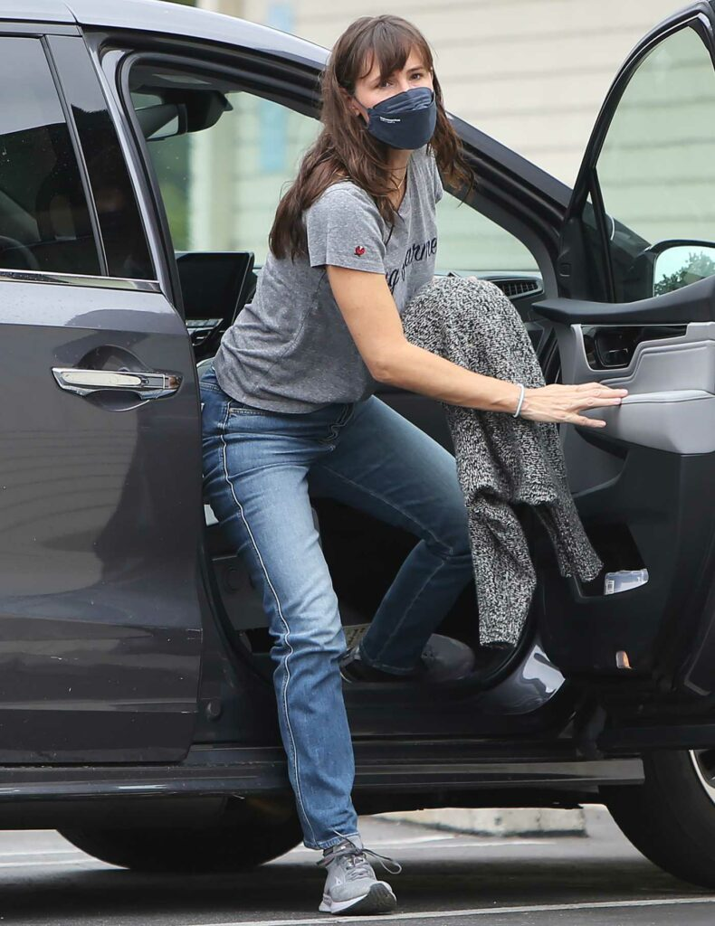Jennifer Garner in a Grey Tee