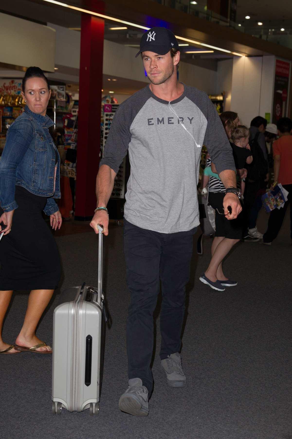 Chris Hemsworth Arrives at Melbourne Airport-1