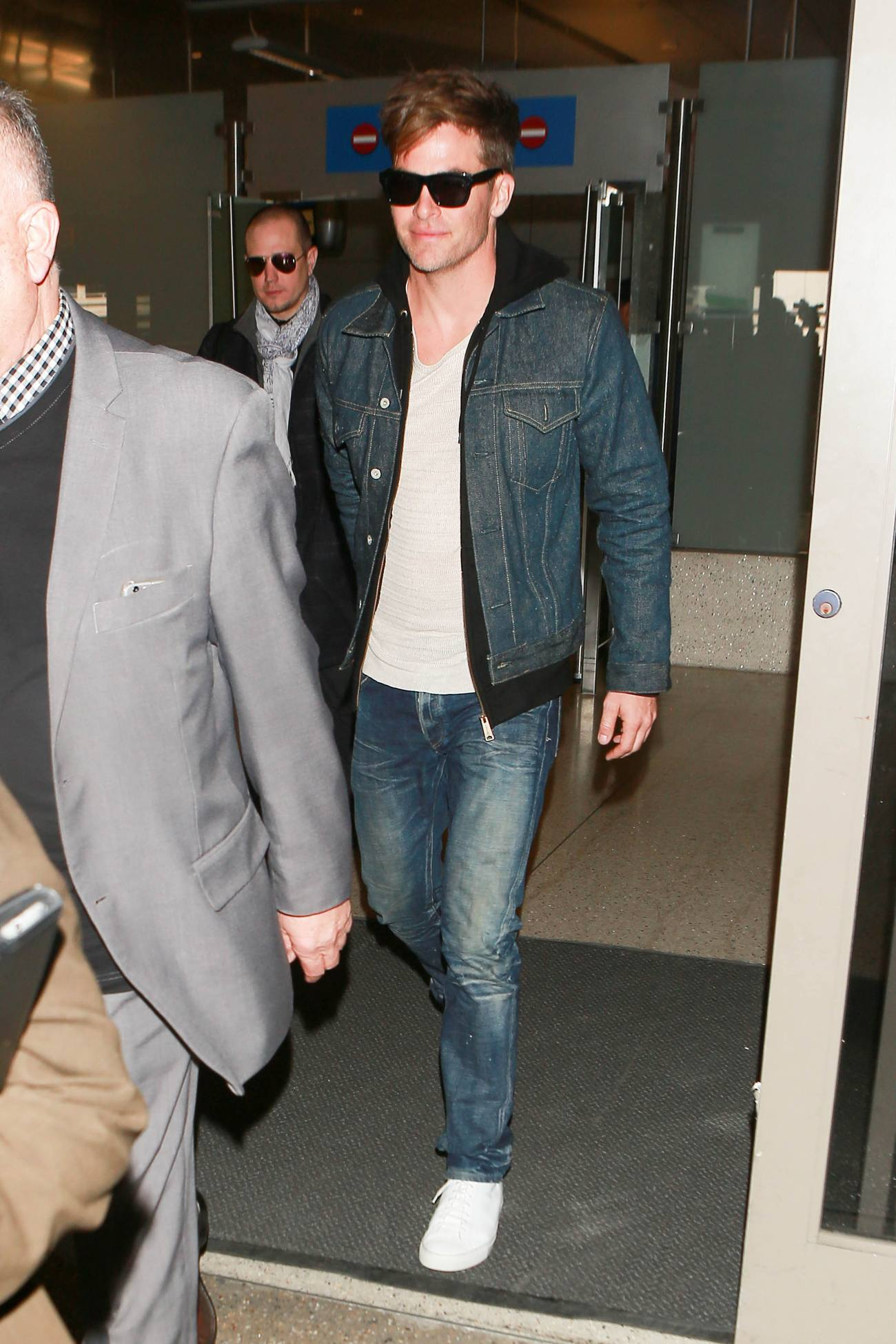 Chris Pine Arrives at LAX Airport-4