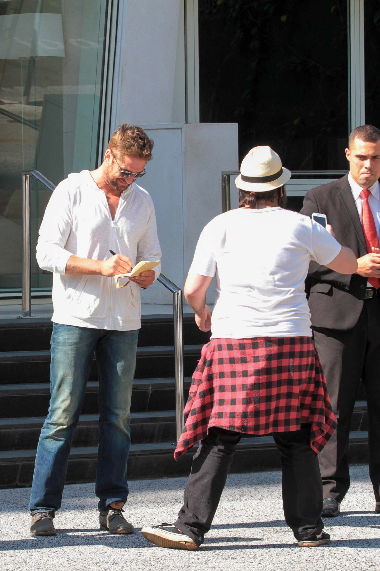 Gerard Butler Hangs Out With Friend Before Lunch-2