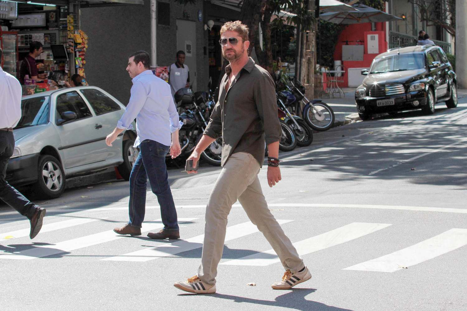Gerard Butler Hangs Out With Friend Before Lunch-3
