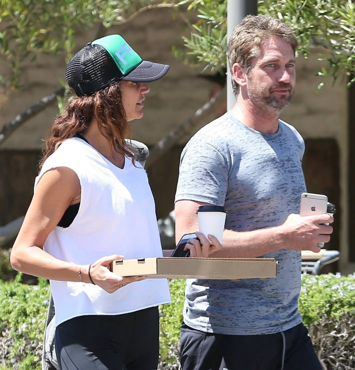 Gerard Butler Pizza Date With His Girlfriend-2