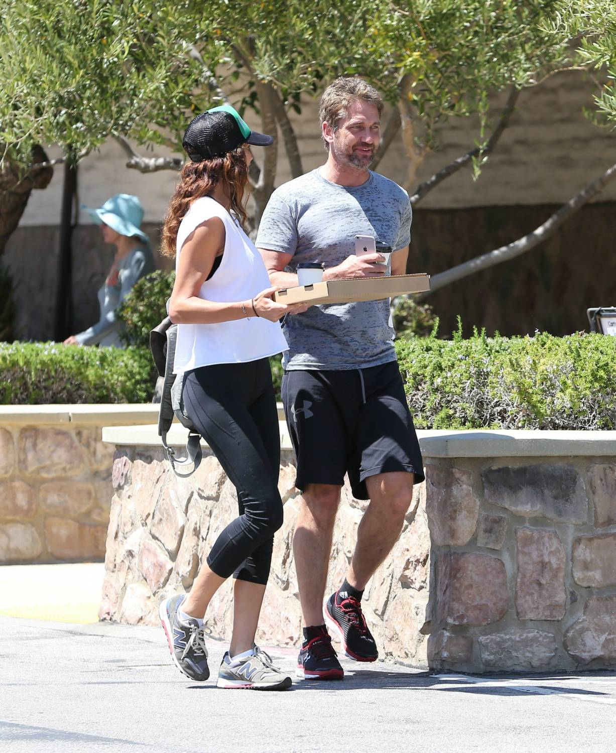 Gerard Butler Pizza Date With His Girlfriend-3