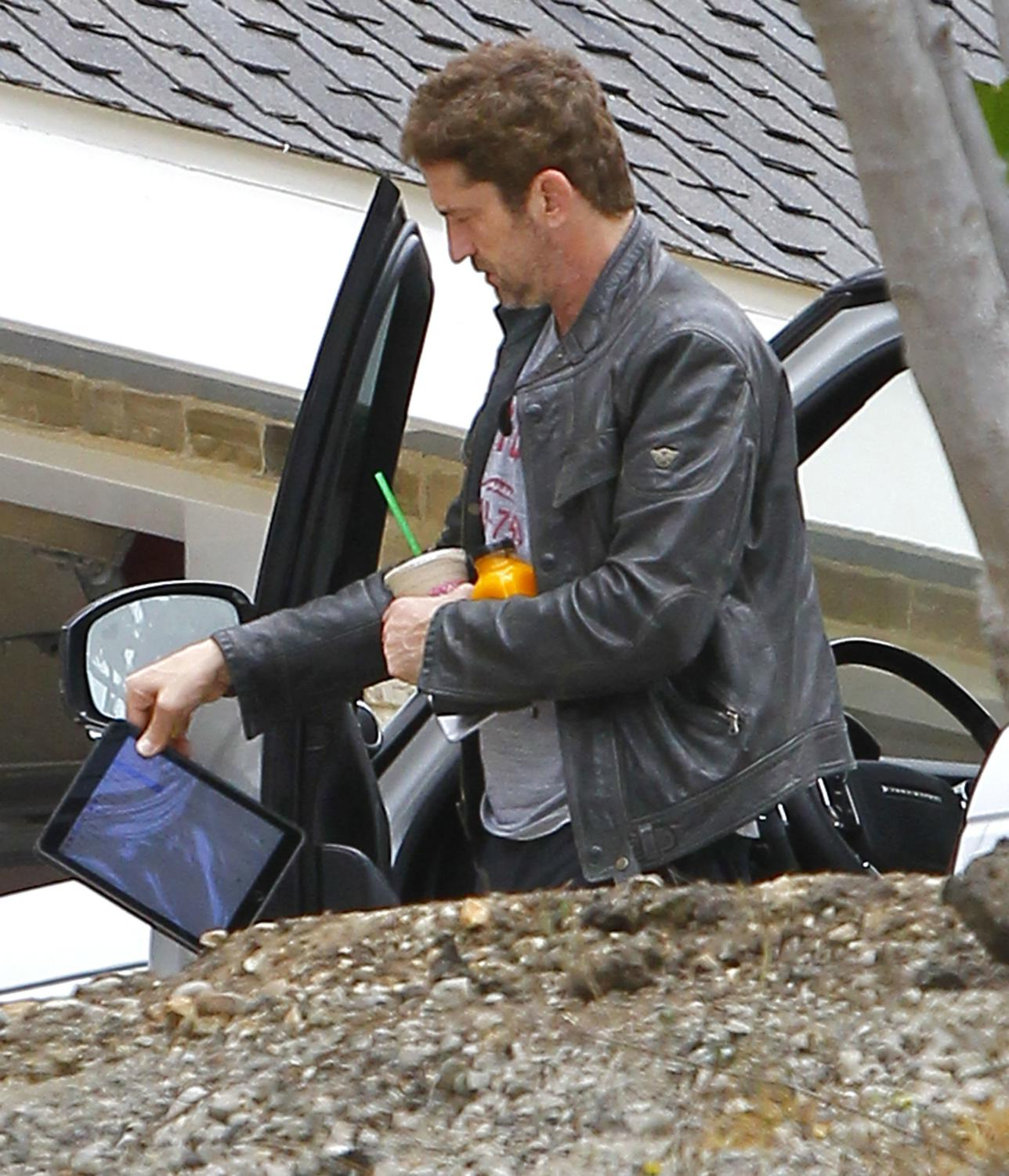 Gerard Butler Returns To Malibu Home-4