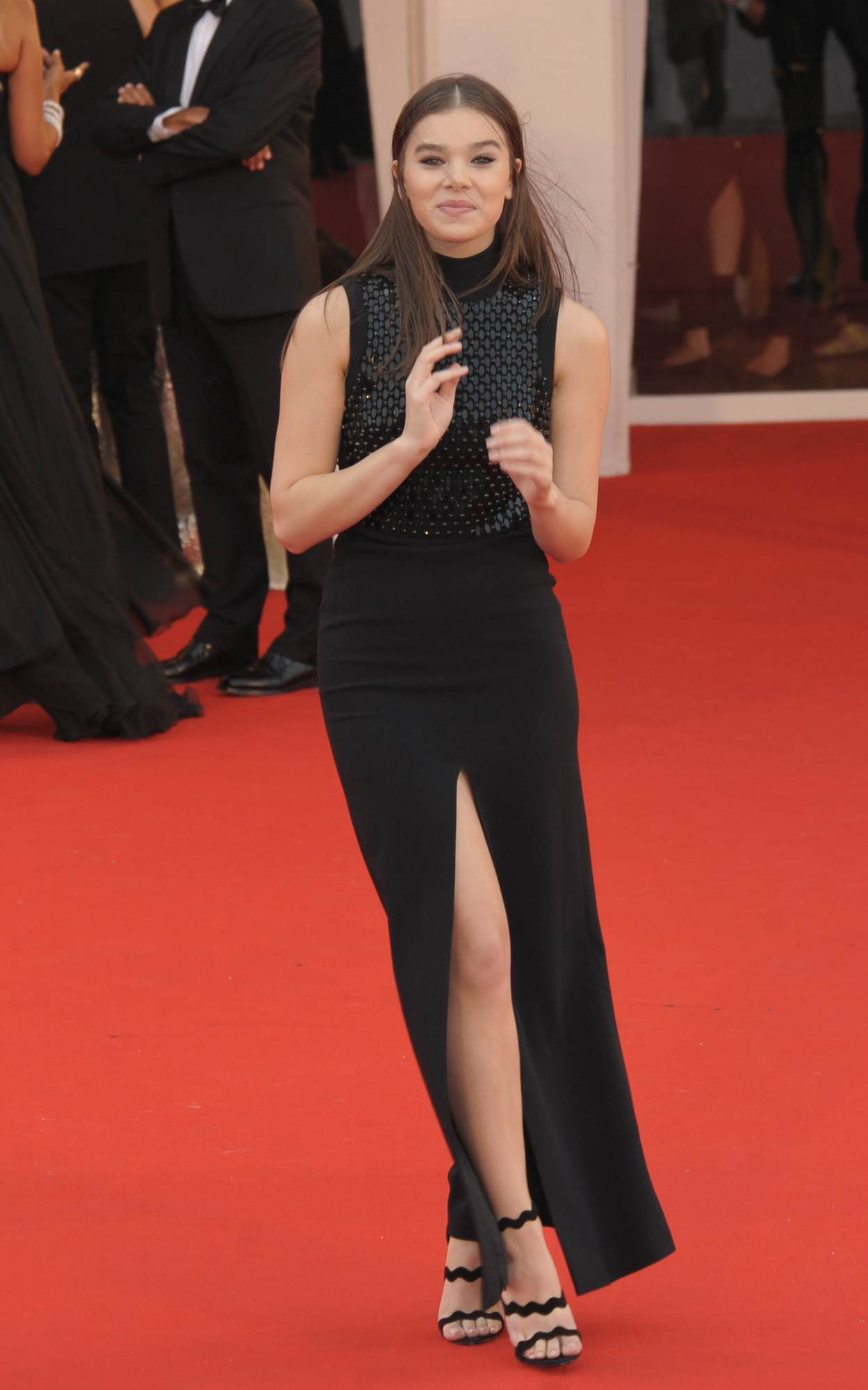 Hailee Steinfeld Looks Gorgeous In Black Sleek Dress At