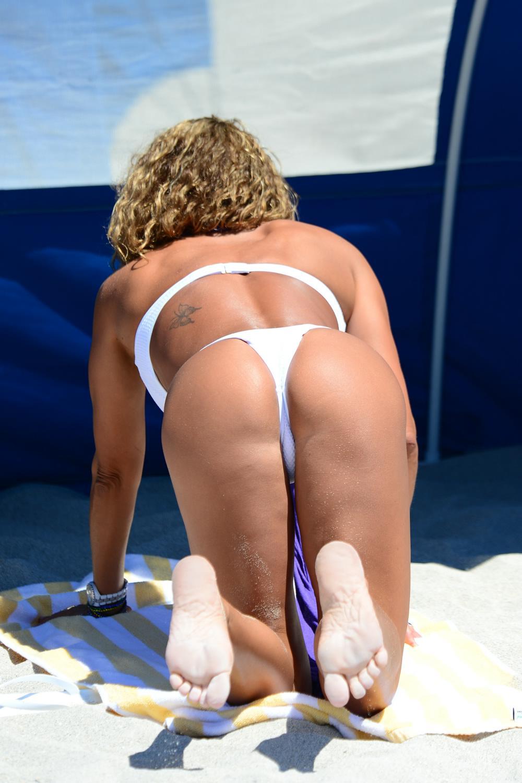 Jennifer Nicole Lee Enjoys Miami Sunshine in South Beach