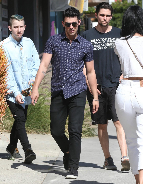 Joe Jonas Leaves A Barber Shop-1