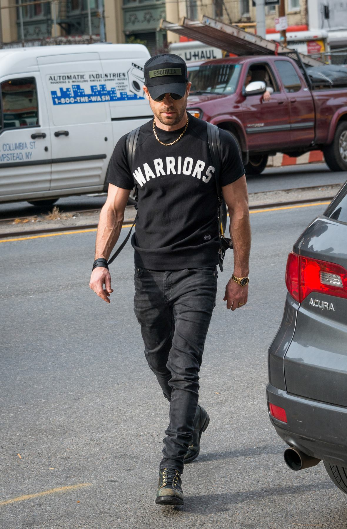 Justin Theroux Show Off His Bicep in New York-2