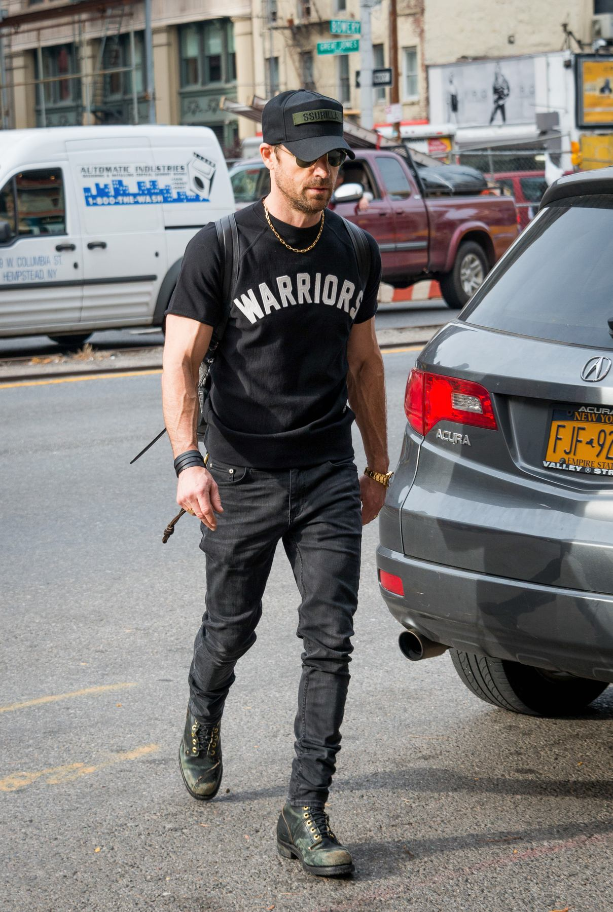 Justin Theroux Show Off His Bicep in New York-4
