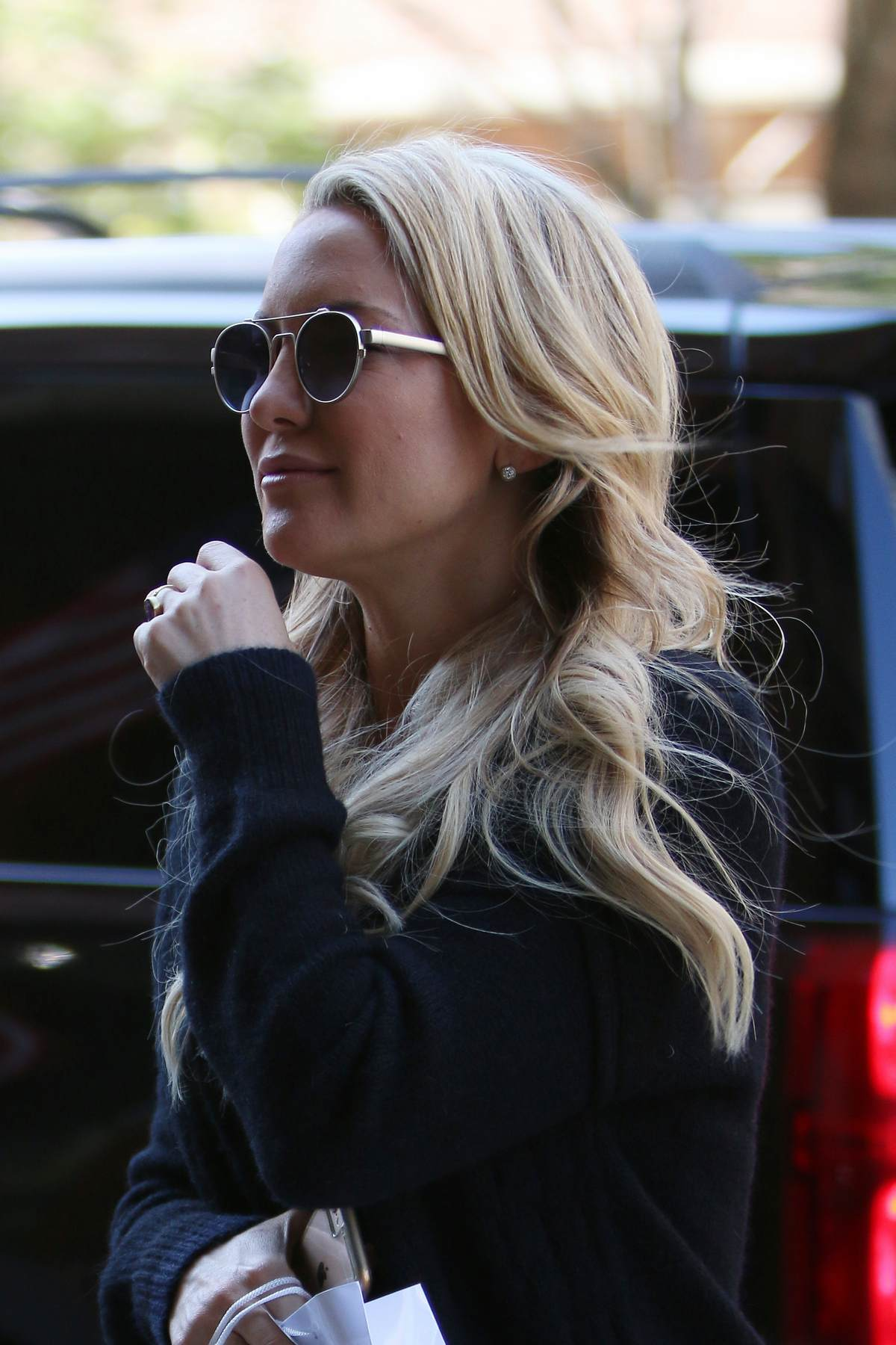 Kate Hudson Arrives at Hotel in NYC-4