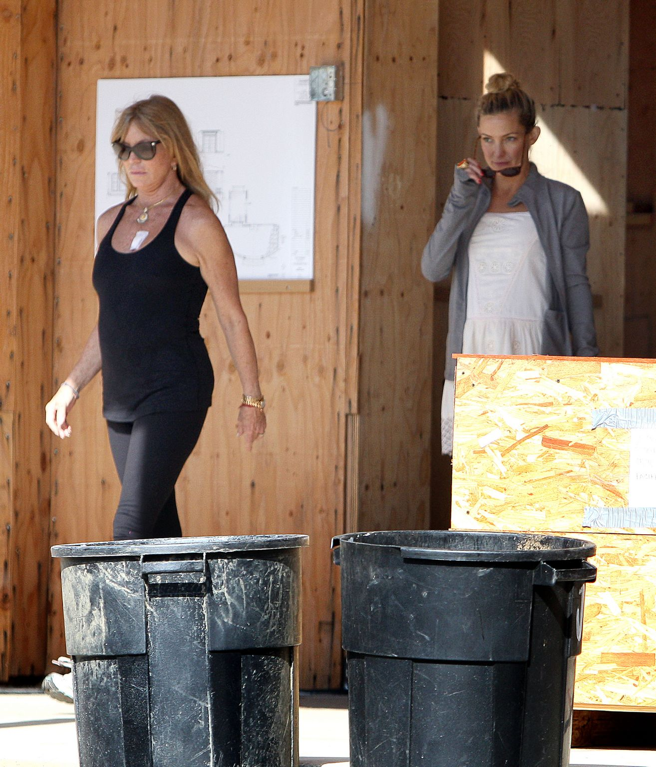 Kate Husdon Visits Goldie Hawn and Kurt Russells New Mansion-2