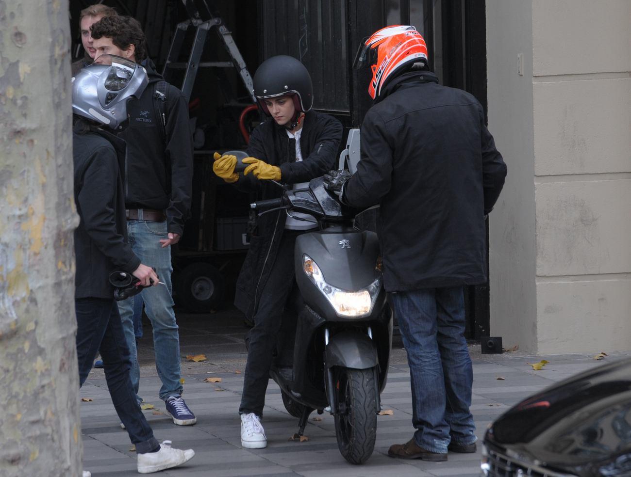 Kristen Stewart Films Personal Shopper in Paris-4