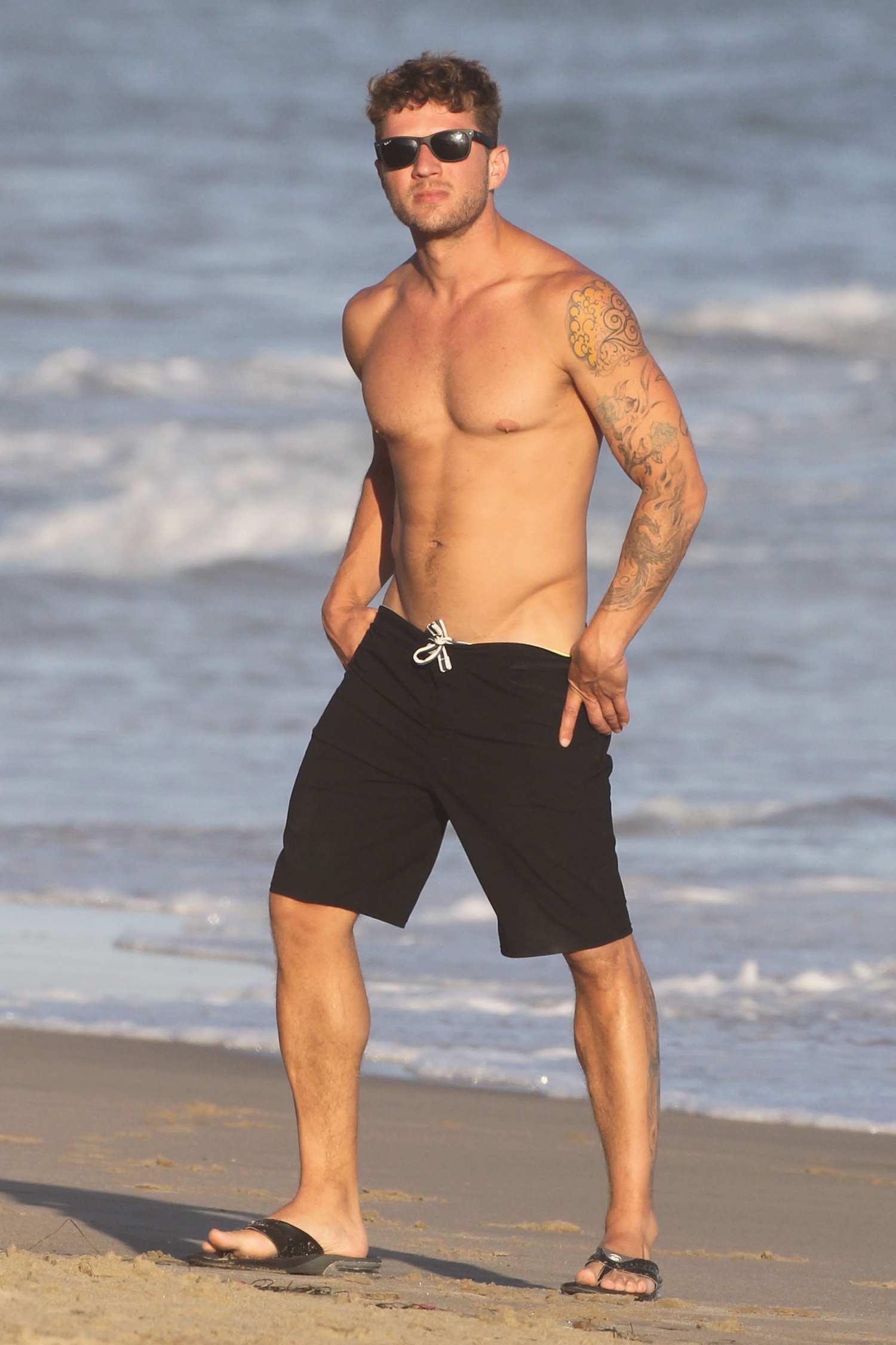 Ryan Phillippe Shows Off His Physique Body in Malibu – Celeb Donut Ryan Phillippe