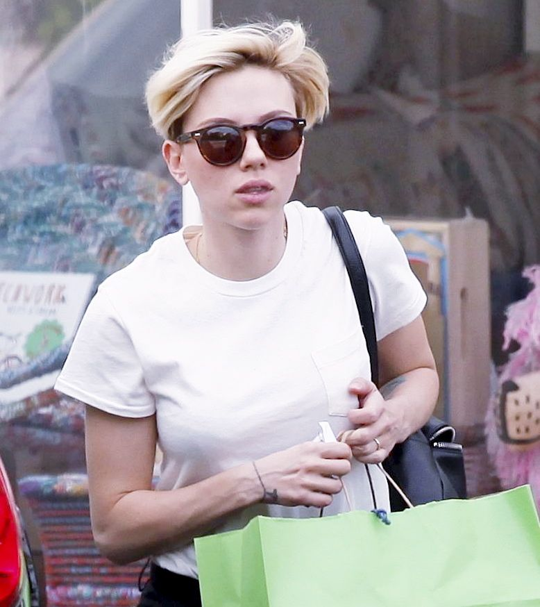 Scarlett Johansson Shops in Santa Monica-1