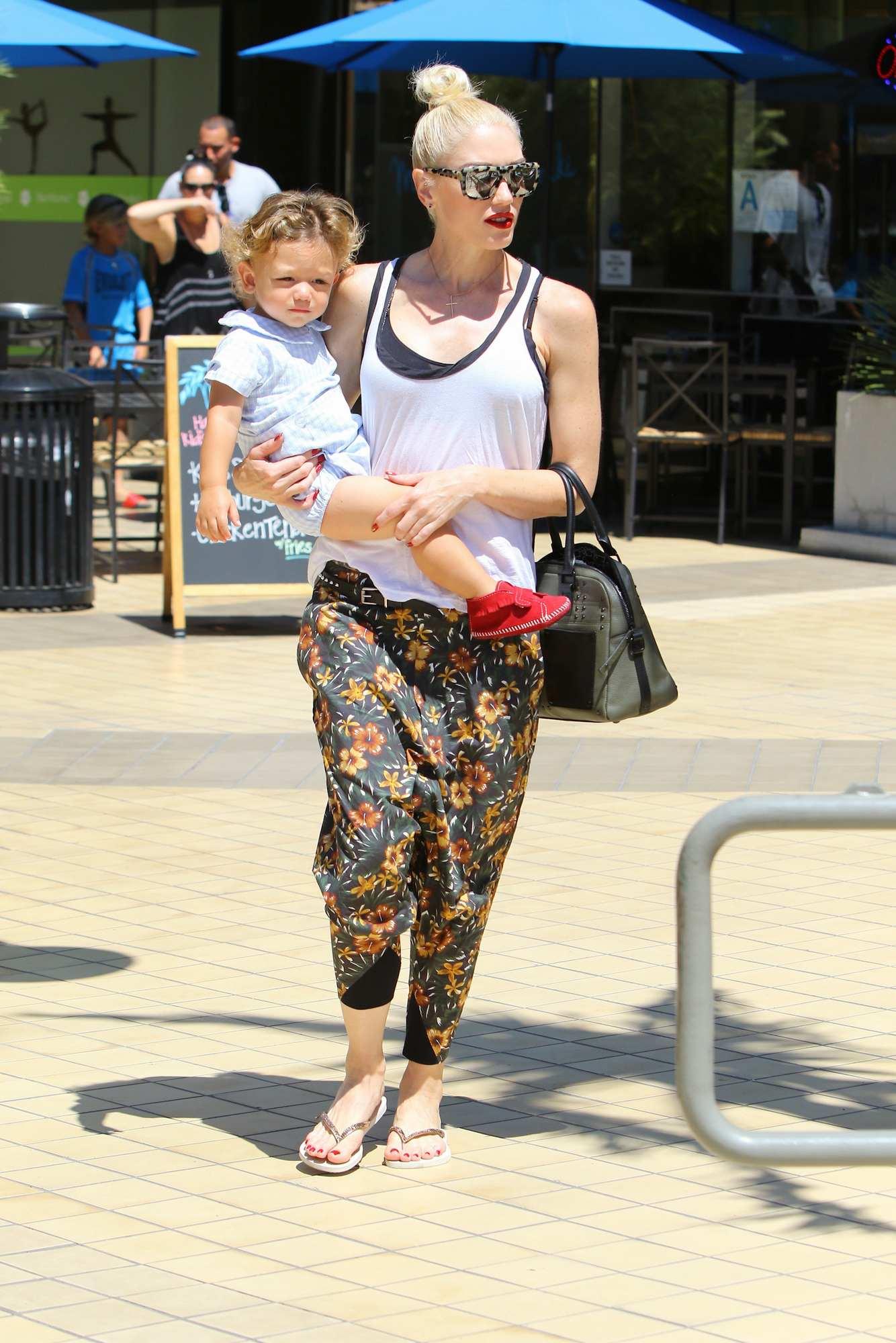 Super Mom Gwen Stefani Takes Kids For Spaghetti in LA-1