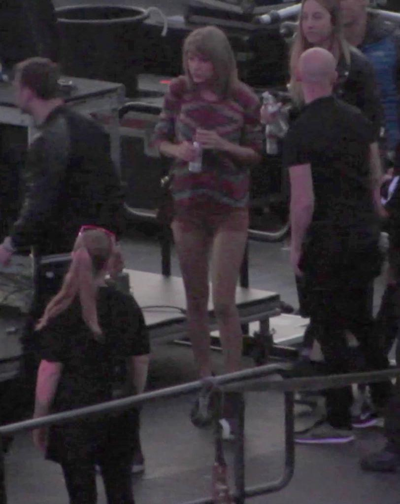Taylor Swift Dances On The Stage of Calvin Harriss Concert-1