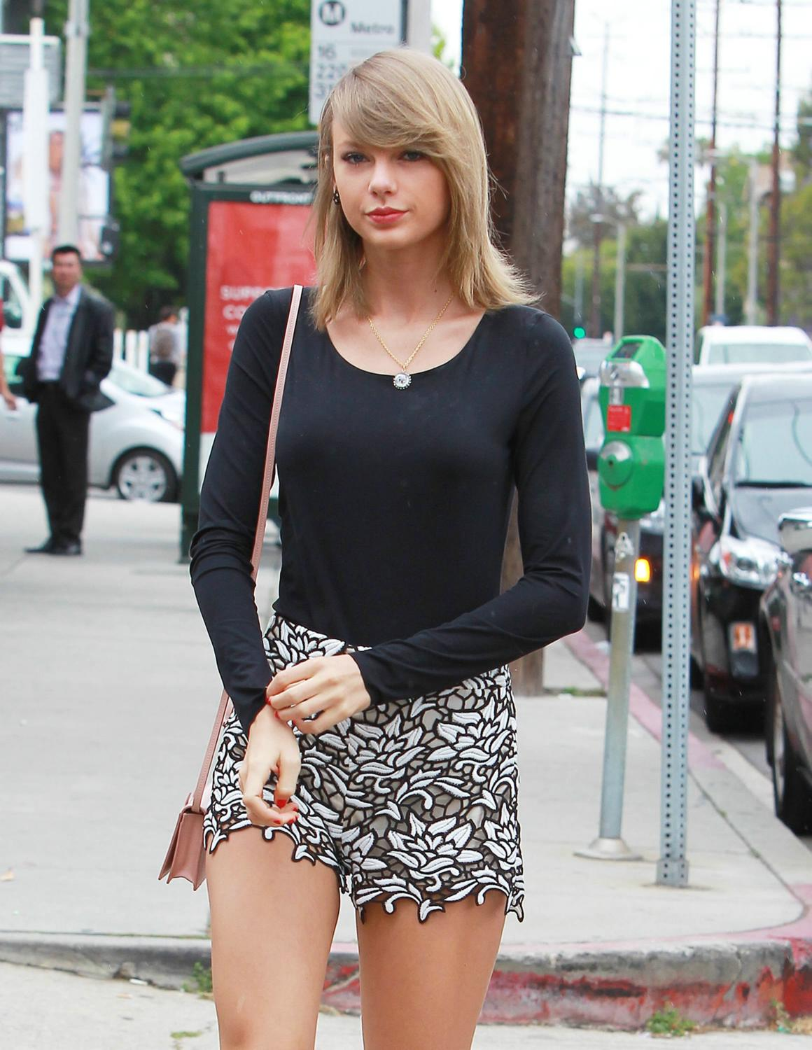 Taylor Swift Lunches with friends in West Hollywood-1