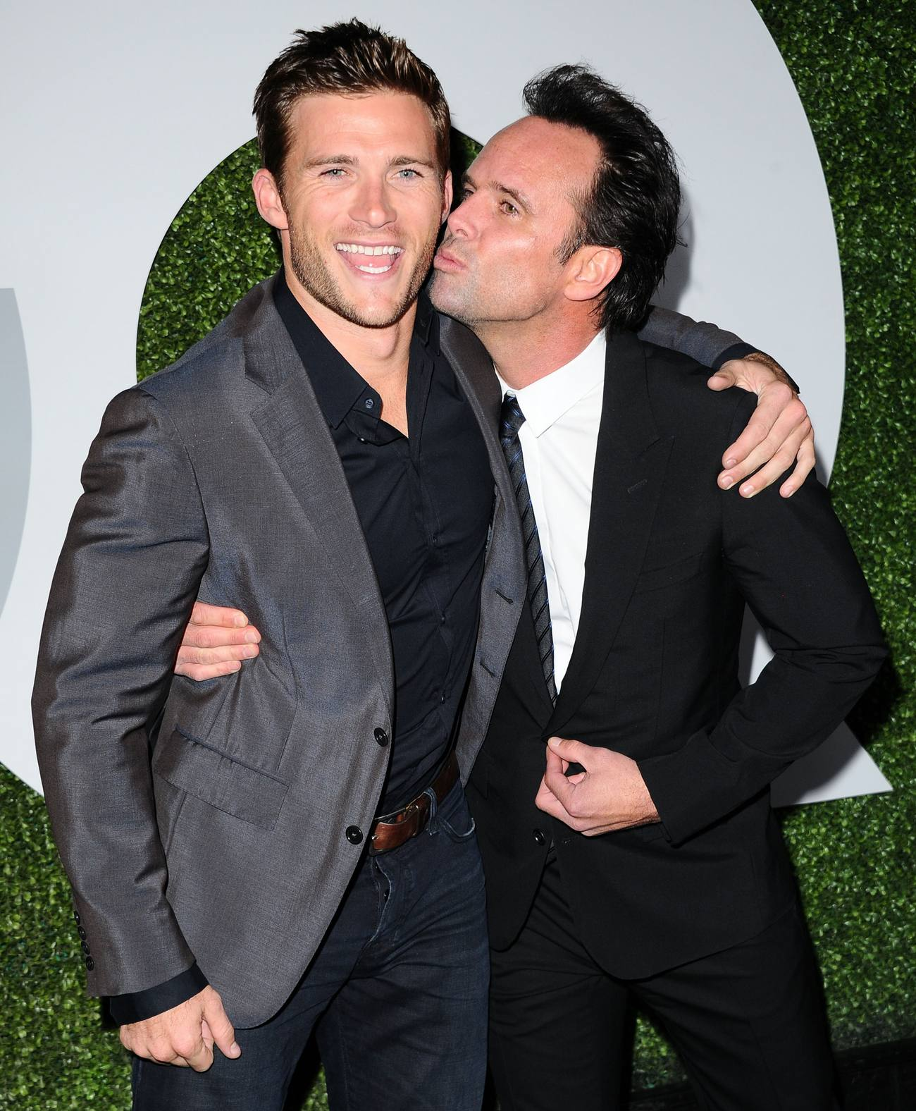 Walton Goggins Kisses ...